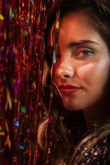 Mulher com olhos castanhos e close-up de cabelos longos Foto gratuita