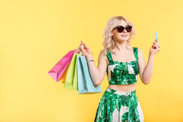 Mulher, com, pacotes, e, cartão crédito Foto gratuita