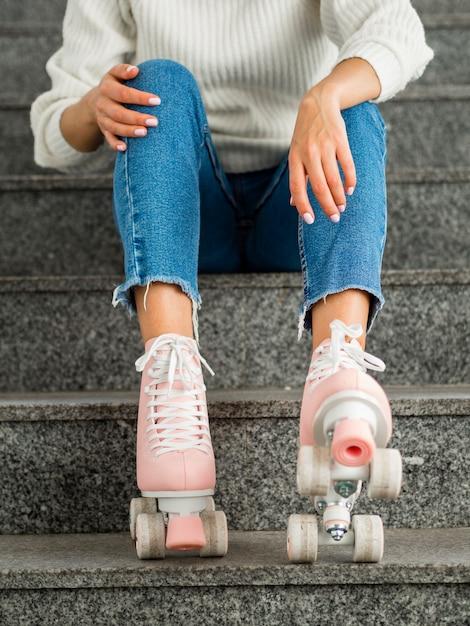 Mulher com patins nas escadas Foto gratuita
