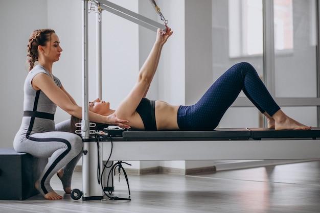 Mulher, com, pilates, treinador, prática, pilates Foto gratuita
