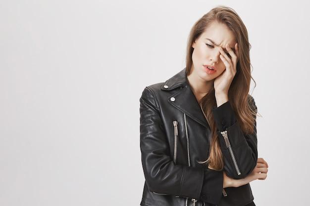 Mulher com problemas ou cansada facepalm e suspirando Foto gratuita