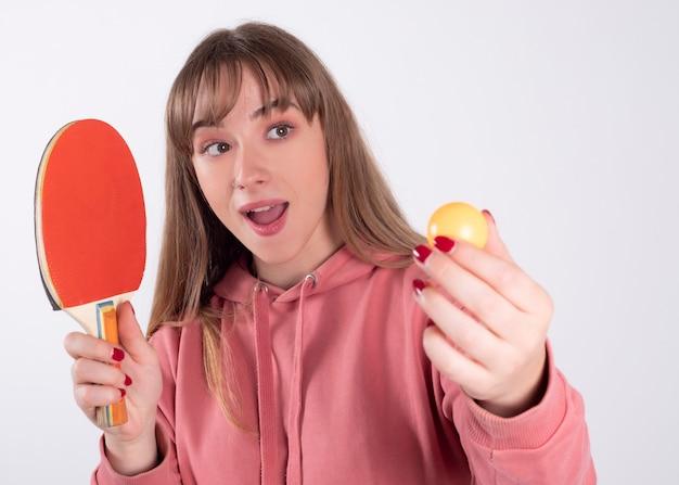 Mulher com raquete de pingue-pongue Foto Premium