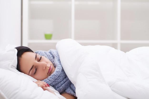 Mulher com resfriado doente termômetro, gripe, febre, dor de cabeça na cama Foto Premium
