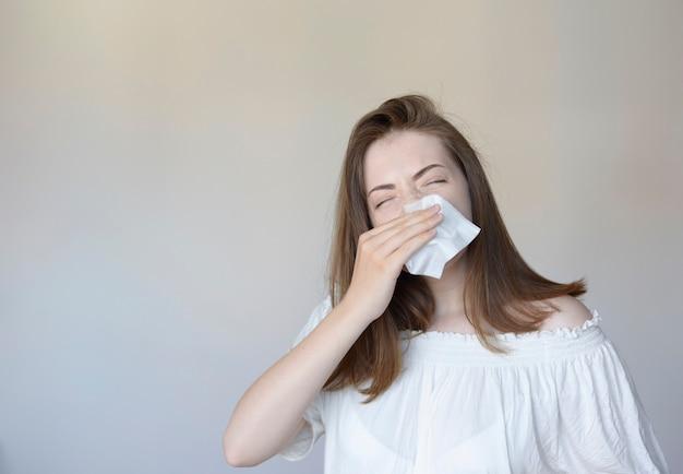 Mulher com resfriado Foto Premium