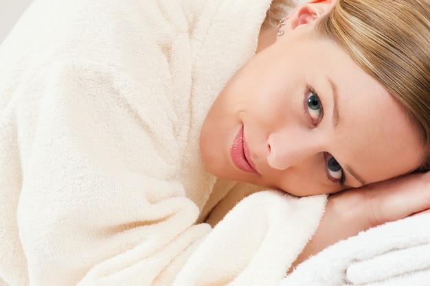 Mulher com roupão de banho em spa Foto Premium