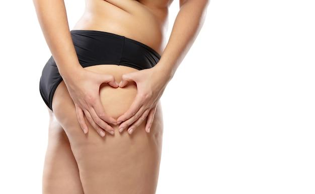 Mulher com sobrepeso com gordas pernas e nádegas com celulite, obesidade com corpo feminino em cueca preta Foto gratuita
