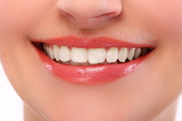 Mulher com sorriso branco Foto gratuita
