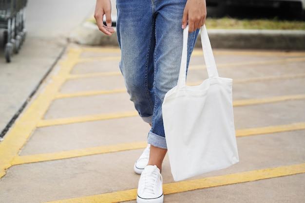 Mulher, com, tecido, saco, para, shopping, em, loja de departamentos Foto Premium