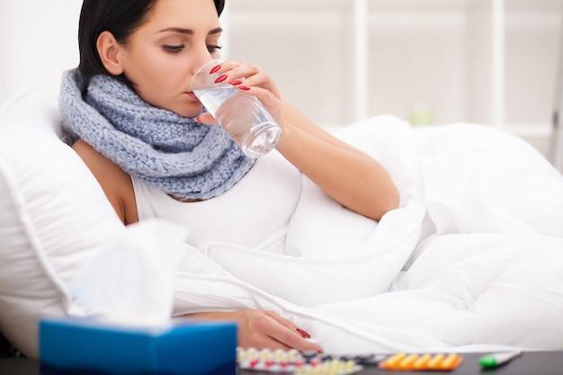 Mulher, com, termômetro, doente, colds, gripe, febre, dor de cabeça, cama Foto Premium