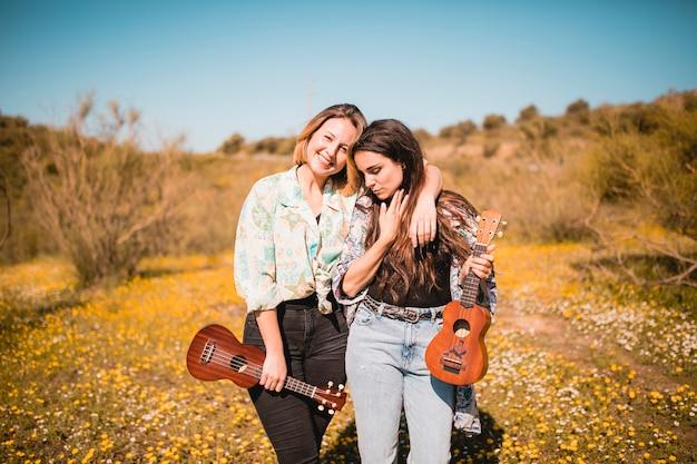 Mulher, com, ukuleles, abraçar, em, campo Foto gratuita