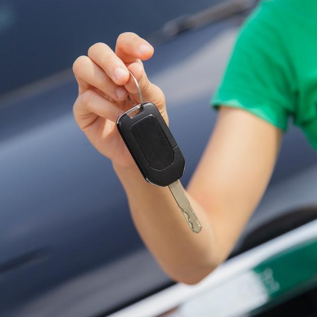 Mulher, com, um, carro, teclas Foto Premium