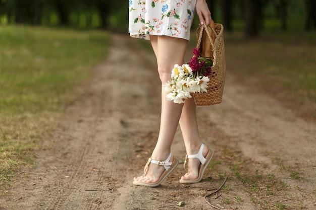 Mulher, com, um, cesta vime, e, flores, ligado, um, estrada rural Foto Premium