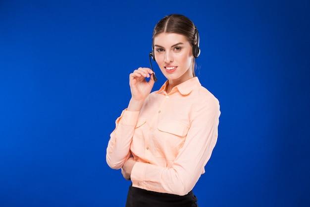 Mulher, com, um, headset, e, um, cartão crédito Foto Premium