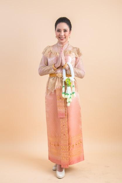 Mulher com um vestido tailandês antigo Foto gratuita