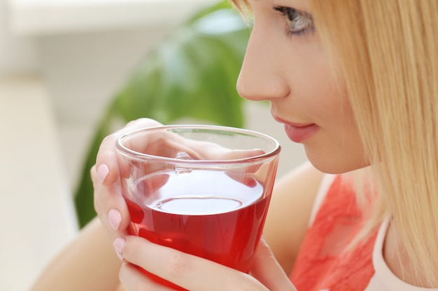 Mulher com uma xícara de chá Foto gratuita