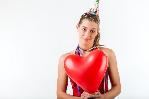 Mulher comemorando aniversário ou dia dos namorados Foto Premium