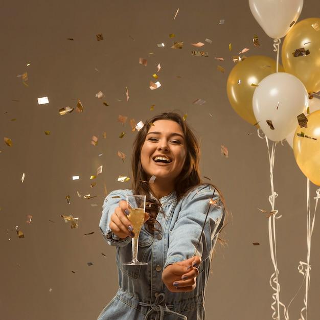 Mulher comemorando ano novo Foto gratuita