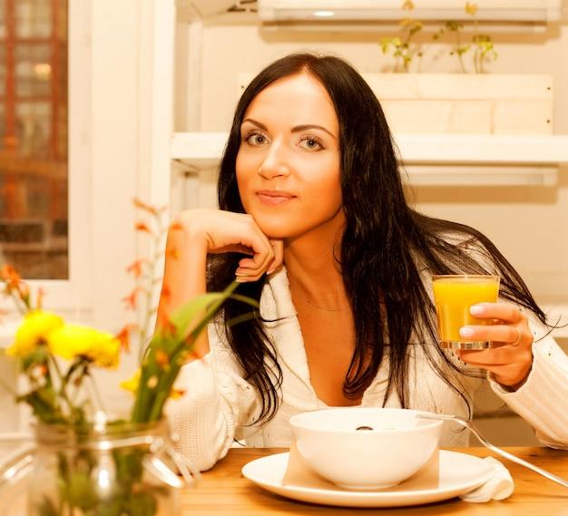 Mulher comendo salada em casa Foto Premium