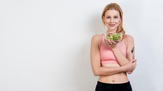 Mulher, comer, um, salada alface Foto gratuita