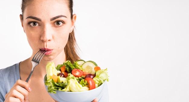 Mulher, comer, um, salada, close-up Foto gratuita