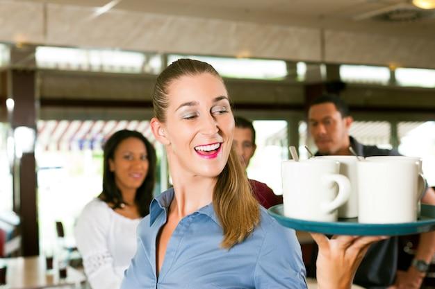 Mulher como garçonete em um bar Foto Premium