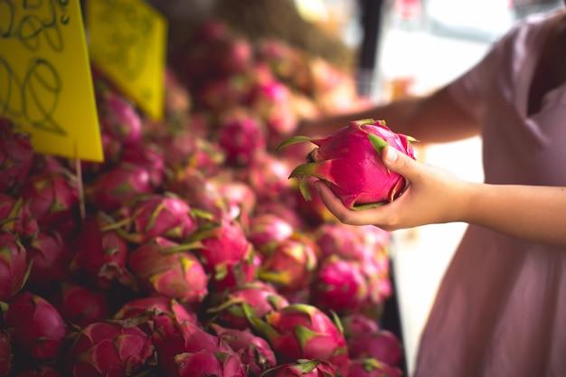 Mulher comprando frutas orgânicas Foto gratuita