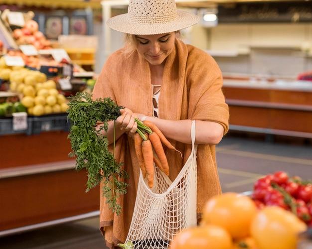 Mulher comprando salsa Foto gratuita