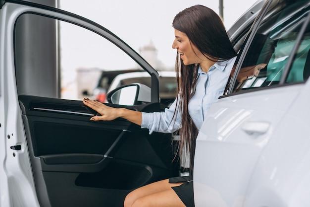 Mulher comprando um carro Foto gratuita