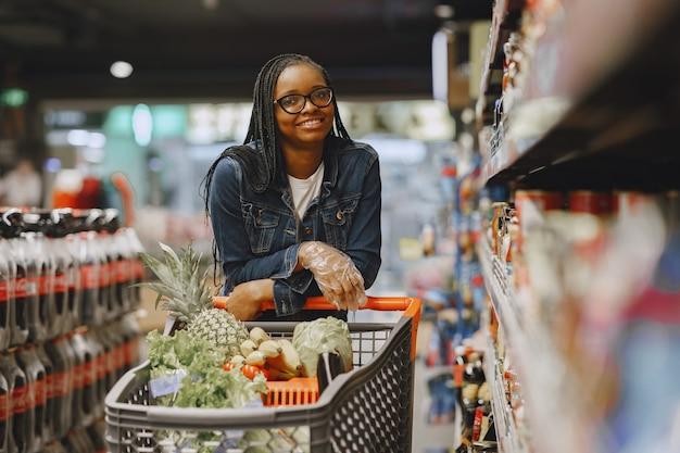 Mulher comprando vegetais no supermercado Foto gratuita