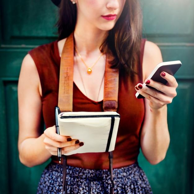 Mulher, comunicar, telefone, exterior, cidade, conceito Foto gratuita