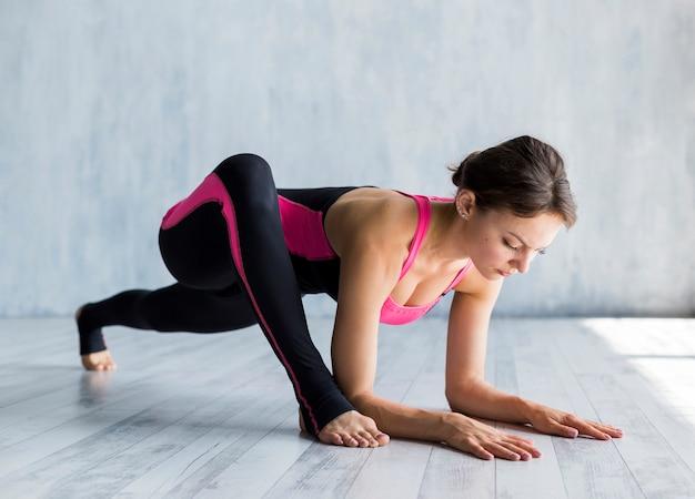 Mulher concentrada trainingg Foto gratuita