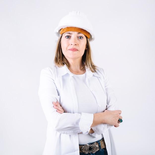 Mulher confiante no capacete Foto gratuita