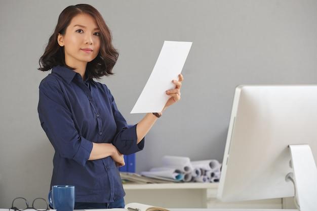 Mulher confiante no escritório Foto gratuita