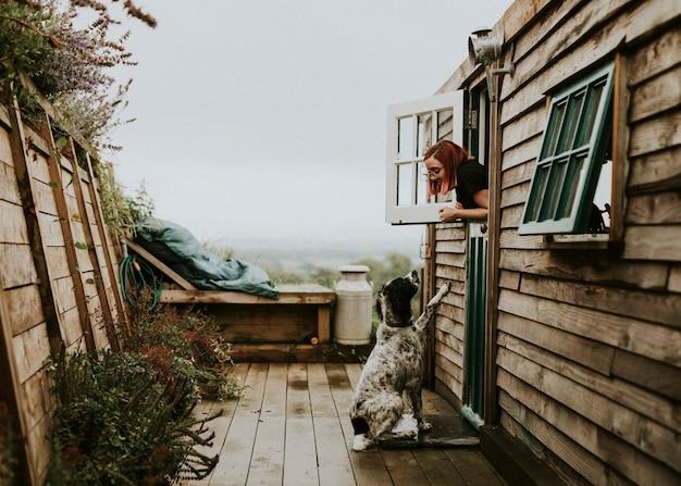 Mulher conversando com o cachorro Foto gratuita