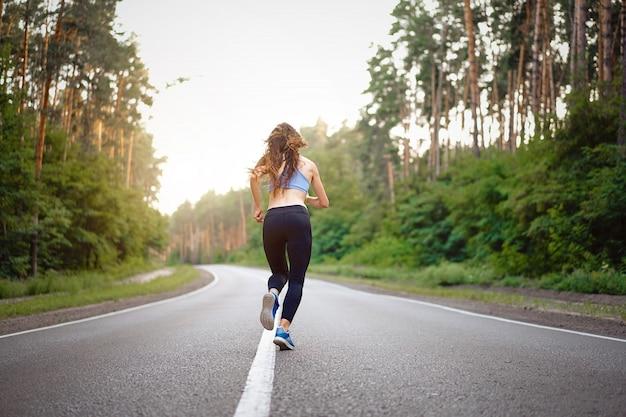 Mulher correndo ao ar livre Foto Premium