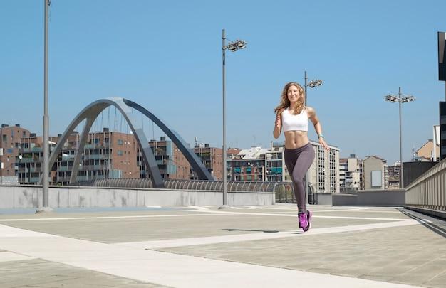 Mulher correndo em milão Foto Premium