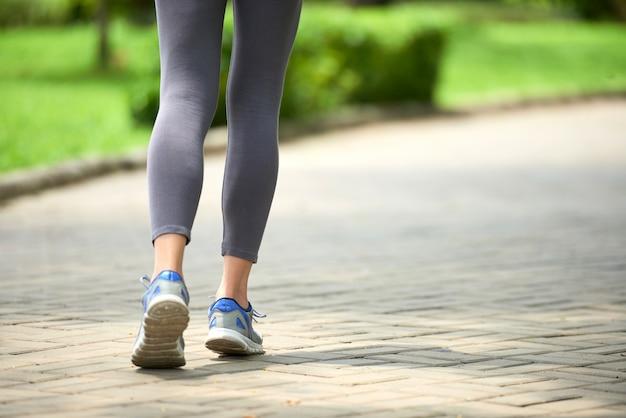 Mulher correndo no parque Foto gratuita