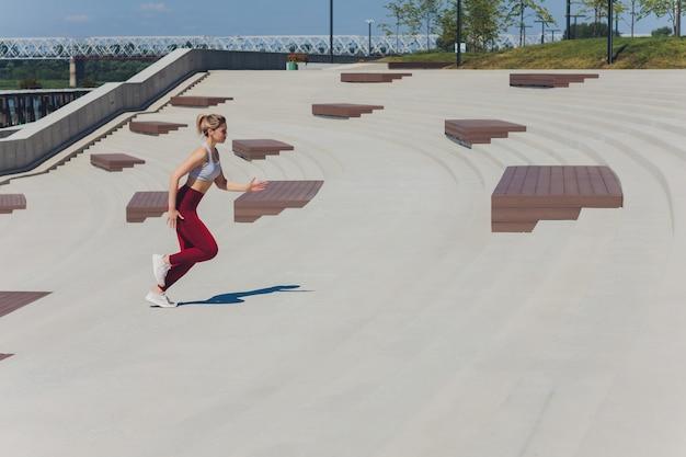 Mulher correndo. o corredor está correndo ao amanhecer. Foto Premium