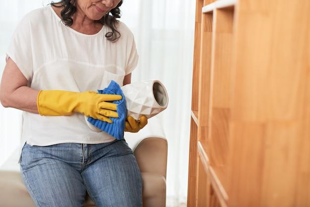 Mulher cortada, limpeza de vaso com um pano Foto gratuita