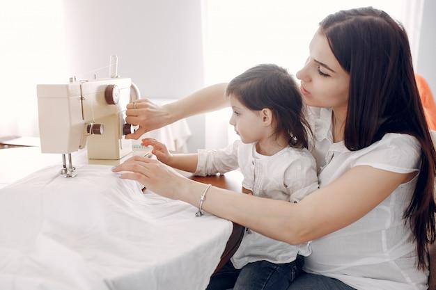 Mulher, cosendo, ligado, um, máquina de costura Foto gratuita