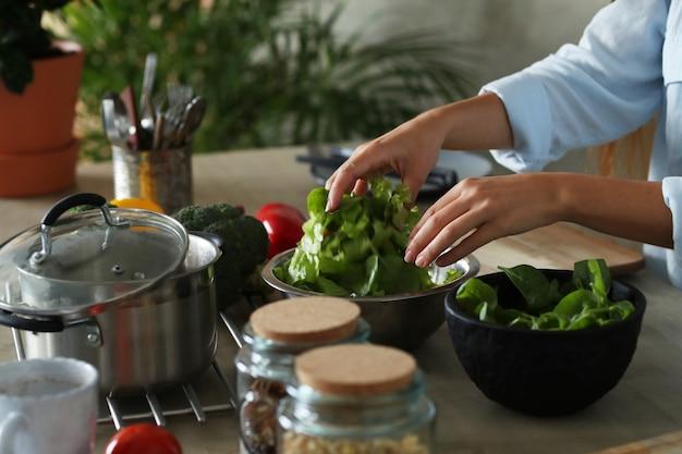 Mulher cozinhando na cozinha Foto gratuita