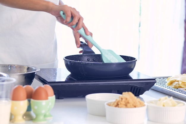 Mulher cozinhando na cozinha Foto Premium