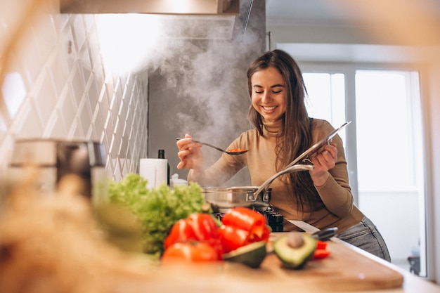 Mulher, cozinhar, em, cozinha Foto gratuita