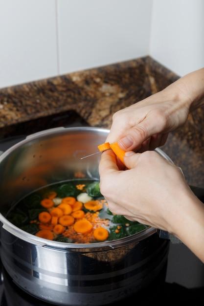 Mulher, cozinhar, um, guisado Foto Premium