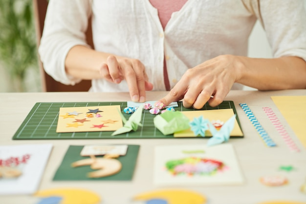 Mulher criativa fazendo cartões Foto gratuita