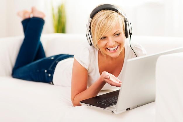 Mulher curtindo chat de vídeo Foto gratuita