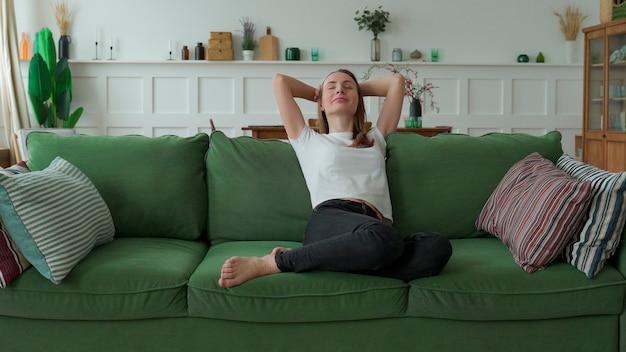 Mulher curtindo momentos de tranquilidade e conforto relaxando no sofá em casa Foto Premium