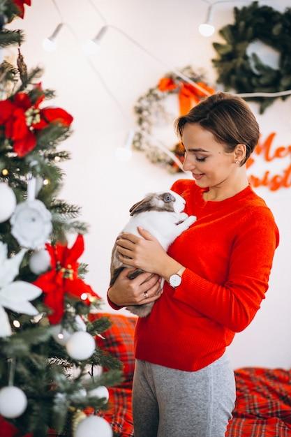 Mulher, cute, coelhinho, natal, árvore Foto gratuita