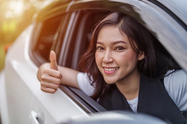 Mulher, dar, polegar cima, dentro, dela, car Foto Premium