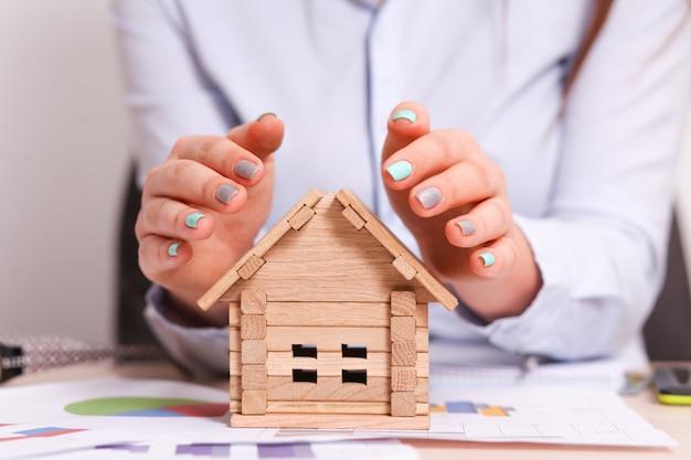 Mulher, dar, um, pequeno, lar, segurança, com, dela, mãos, como, um, telhado Foto Premium